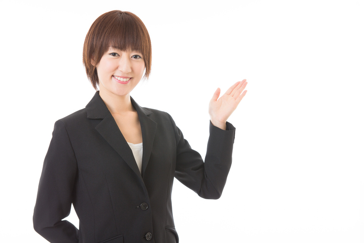 葬儀費用の控除対象についてまとめる女性