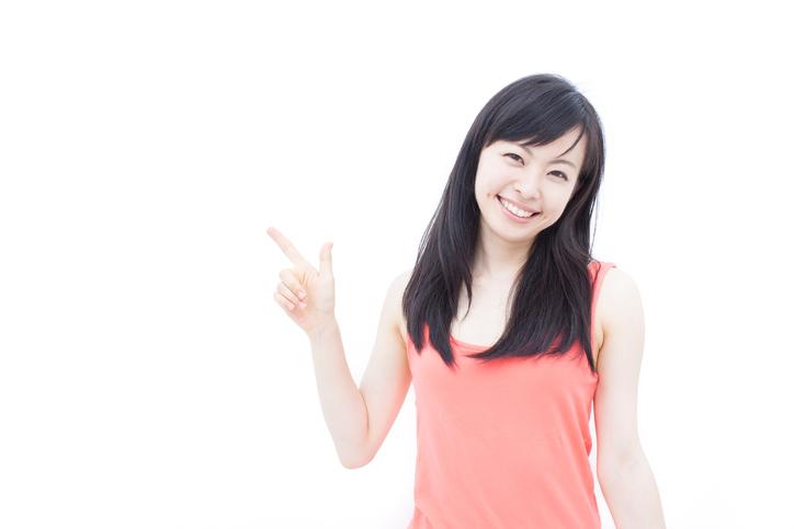 指を指す若い女性