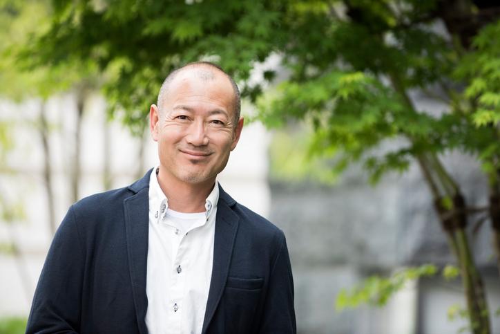 神道の葬儀費用に関する要点をまとめる男性