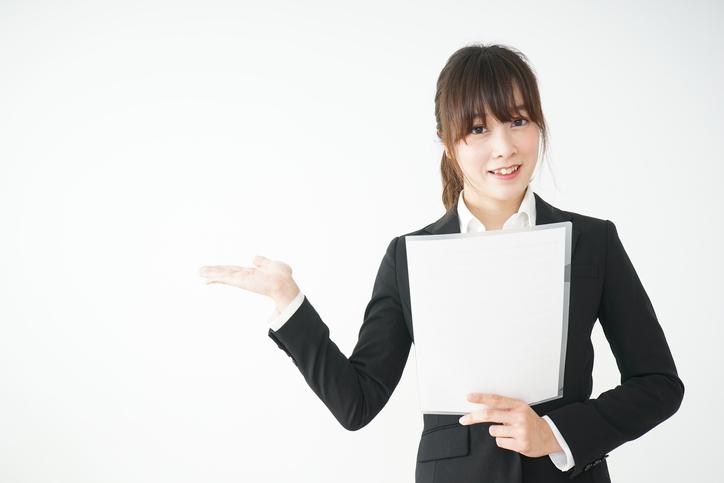 プレゼンテーションを持つ若い女性