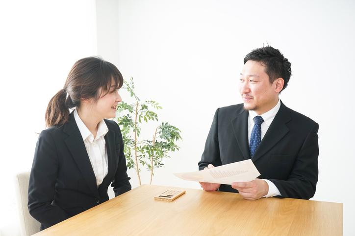 金融機関と話し合いをしている女性